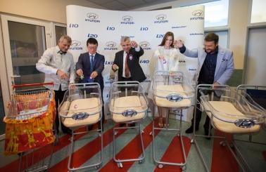 Spoločnosť Hyunai venovala Gynekologicko-pôrodníckej klinike FN Trenčín päť novorodeneckých vozíkov slogom Hyundai. Využívať sa budú na prevoz bábätiek na vyšetrenia.
