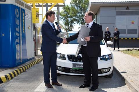 Slávnostné odovzdanie symbolického kľúča od prvého modelu ŠKODA Octavia G-TEC pri plniacej stanici na CNG riaditeľovi spoločnosti SPP CNG, Ing. Ľubomírovi Blažkovi, MBA.