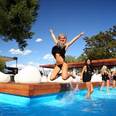 Spektakulárne miesto, bazén, DJ, hudba a predovšetkým ľudia tvoria elektrizujúcu atmosféru podobnú plážovým klubom zo stredomorského pobrežia.