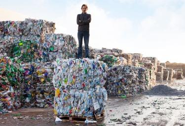 V každom štvorcovom kilometri hladiny oceánu víri okolo 25 000 kúskov plastu, čo spôsobuje hynutie státisícov zvierat ročne, zamorovanie vody a konzekventne i nápojov a jedál, ktoré konzumujeme.