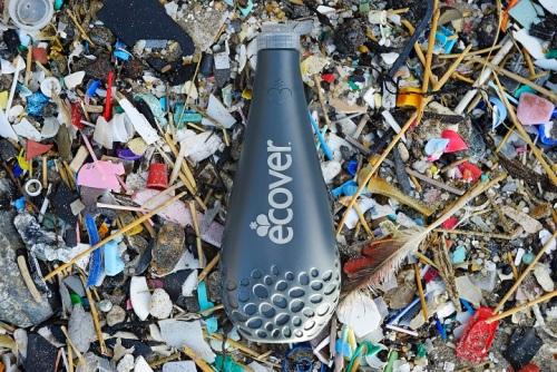 Fľaša Ocean Plastic je vyrobená z plastu, ktorý bol vylovený z týchto vôd ako súčasť projektu systematického čistenia oceánov a morí, do ktorého je zapojená i  spoločnosť Ecover.