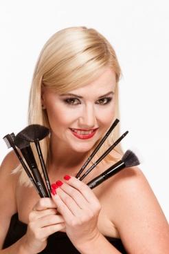 E.l.f. kozmetika má tri základné línie produktov – Basic, Studio a Mineral. Všetky sú navrhnuté a dizajnované v USA.