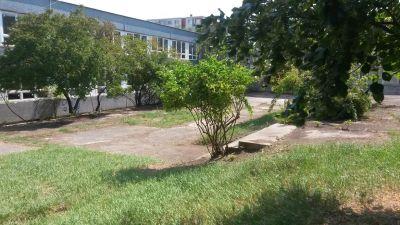Výbeh s lavičkami a košom na exkrementy je v uzavretom areáli bývalého školského dvora ZŠ  Plickova.