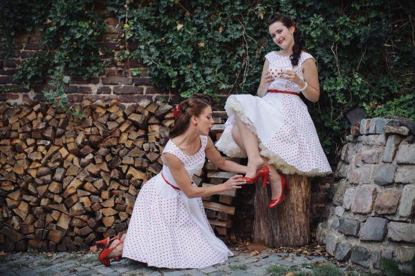 Červenobiele šatôčky z GRANKO návrhárskej súťaže, ktoré navrhla Lucie Tomovová (19, vpravo), budú v októbri vydražené na charitatívne účely.