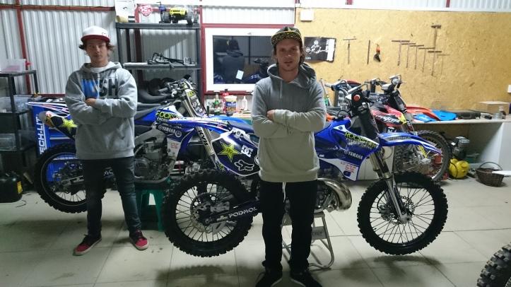 Bratia Filip Podmol (vľavo) a Libor Podmol v spoločnej garáži, kde si pripravujú stroje na vystúpenia.