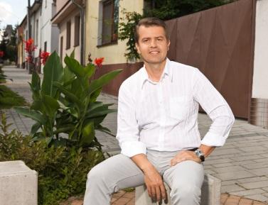 Peter Pilinský (42) v historickom centre Rače na Alstrovej ulici.