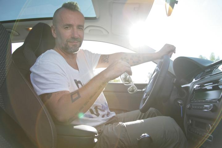 Známy tanečník aorganizátor podujatia Jaro Bekr ďakuje, že sa okomfortnú abezpečnú mobilitu lektorov postará oficiálne vozidlo podujatia ŠKODA Superb.