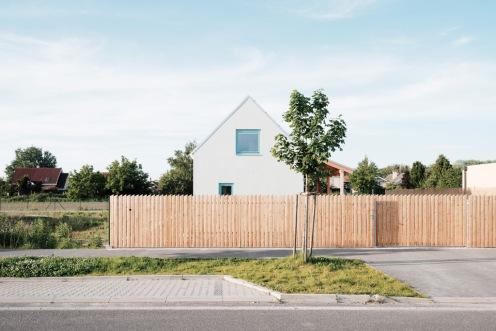 Architekti zo štúdia JRKVC navrhli domček, ktorý čerpá zvidieckej architektúry azároveň je súčasný amoderný.