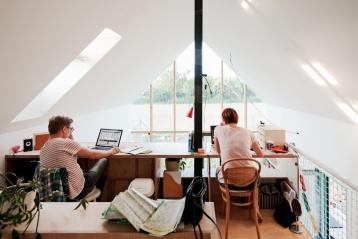 Strešné okno VELUX v pracovni na galérii presvetľuje priestor do hĺbky. Na pracovný stôl dopadá kvalitné denné svetlo, ktoré má pozitívny vplyv na sústredenie pri práci ipsychickú pohodu človeka.
