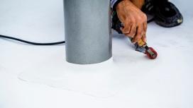 Termoplastické polyolefínové fólie realizátor prichytával kotviacim (fixačným) materiálom sdĺžkou 165 mm cez tepelnú izoláciu až do podkladu. Miesta, kde sa fólia prichytila kotvami, sa prekryli druhou vrstvou fólie anásledne sa spoje (horúcovzdušne) odborne spojili zváracím automatom.