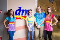 Oblečenie je špecifické aj tým, že nejde o klasický pracovný odev vybraný z koncernovej ponuky, ale bolo navrhnuté špeciálne pre podmienky slovenskej dm a zároveň je vyrábané na Slovensku.