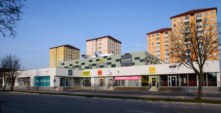 Na ulici Milana Rastislava Štefánika v týchto dňoch otvára centrum s názvom KOCKA. Dve podlažia so suterénom celkovo vytvárajú 2940 m2 úžitkovej plochy. Na prízemí zákazníkov privíta prevádzka potravín CBA na ploche 300 m2 a deväť ďalších prevádzok.