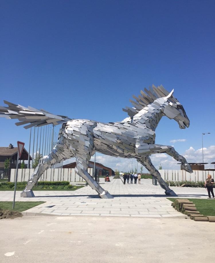 Elements resort Šamorín-Čilistov: Najvyššia socha koňa bez jazdca na svete