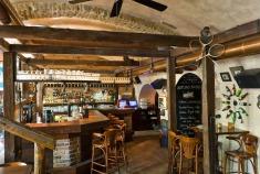 Po komplexnej rekonštrukcii ako interiéru, tak i ponuky jedla a nápojov sa do centra Bratislavy vracia Slang.