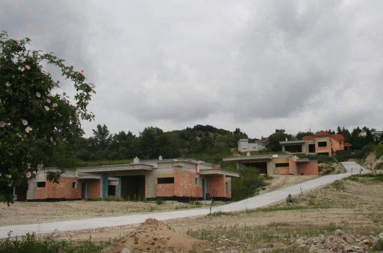 Päť stavieb v bratislavskej Rači v lokalite Fixle vyrastá na mieste vinohradu bez akéhokoľvek povolenia a v rozpore s územným plánom.