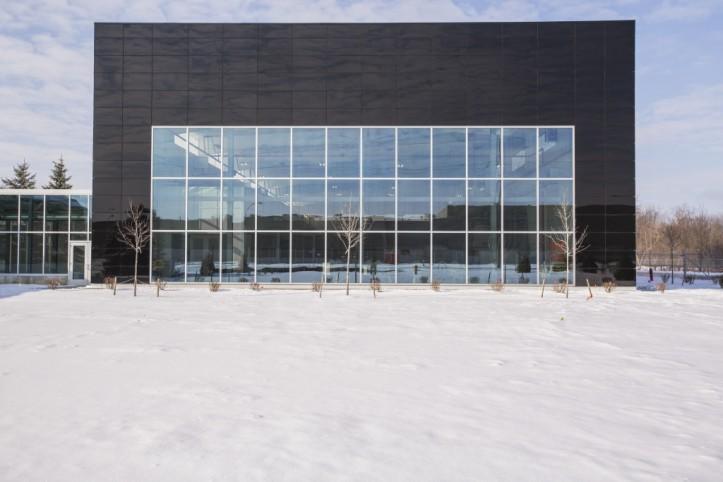 Inovatívne sklené opláštenie od Guardian, ktoré do bodky spĺňa kritériá na nulovú spotrebu energií, spoužitím niekoľkých vysoko výkonných výrobkov firmy Guardian – protislnečného skla SunGuard ® SNX 51/23, parapetného panelu SunGuard ® Spandrel HT asintegrovaných fasádnych fotovoltaických panelov.