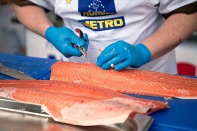 """Čo je to """"TRIM E""""? Dokonale nafiletovaný losos musí byť rozrezaný na 2 rovnaké filety, pričom oddeliť je potrebné hlavu, brušné achrbtové kosti, chvost akožu. Fileta musí byť dokonale zbavená aj ostatných kostí."""