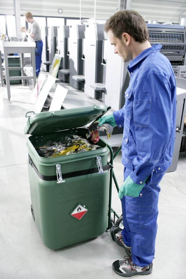 Priemyselné utierky znečistené nebezpečnými látkami sa môžu skladovať iba vo vzduchotesne uzatvárateľných nádobách.