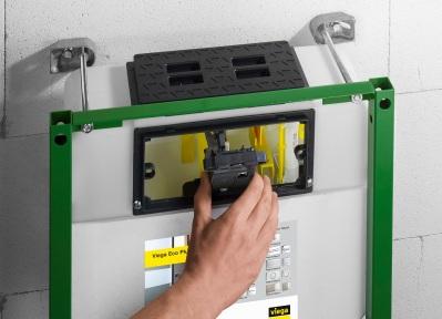 Splachovacia nádržka je zo závodu prednastavená pre ovládanie spredu. Vďaka kombinovanej mechanike je možnosť niekoľkými malými úkonmi zmeniť nastavenie na ovládanie zhora.
