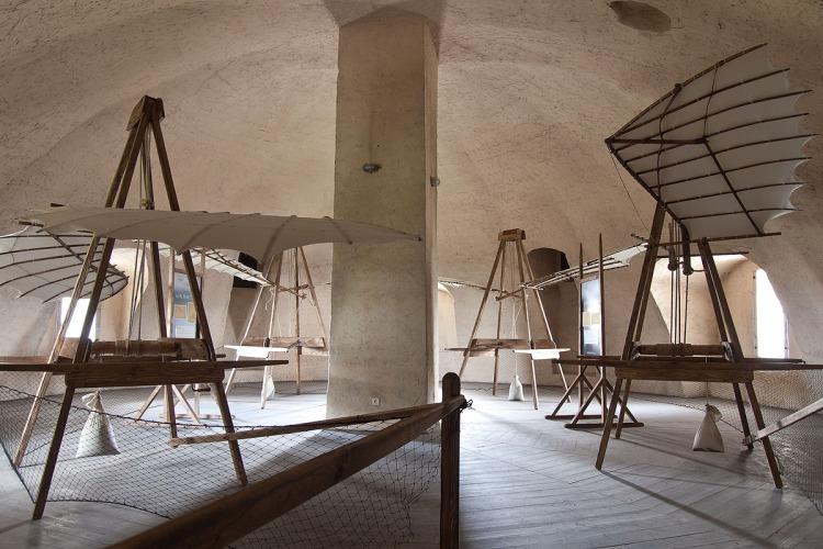 Výstava Aeronautica – Da Vinciho lietajúce stroje prezentuje konštrukčné návrhy lietajúcich strojov zostavených podľa nákresov z tajných denníkov majstra Leonarda a prístupná je denne od 10. júla do 31. augusta 2015.