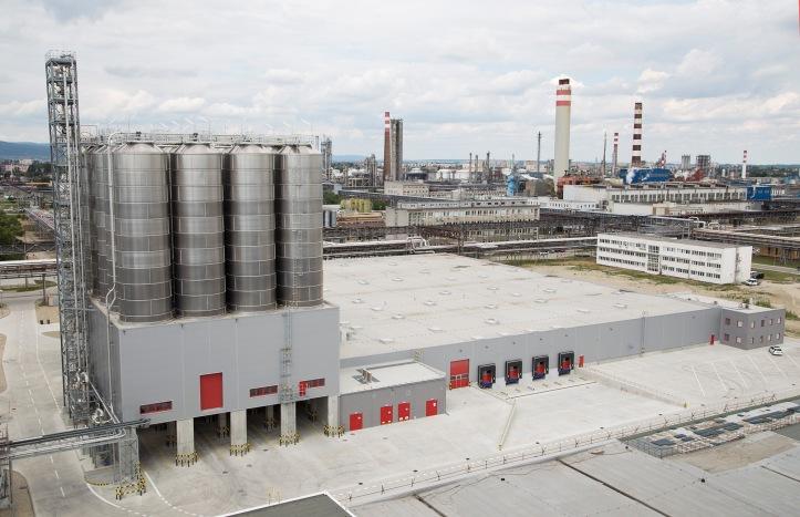 Najdôležitejšou časťou logistickej prevádzky je súbor 28 síl na skladovanie a manipuláciu s nízkohustotným polyetylénom. Logistický komplex je priamo napojený na novú linku LDPE 4 s ročnou výrobnou kapacitou 220 000 ton polyetylénu.