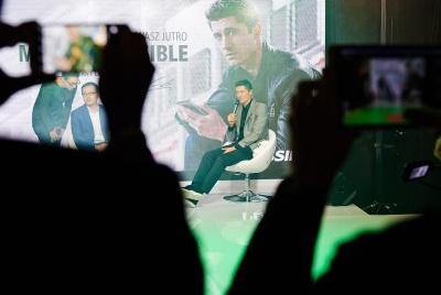 """Od novembra bude Robert Lewandowski prezentovať značku Huawei a jej produkty z kategórie smartfónov, tabletov a inteligentných nositeľných zariadení. Zapojenie Roberta do prezentácie značky Huawei je presne v súlade so sloganom Huawei """"Make it Possible""""."""