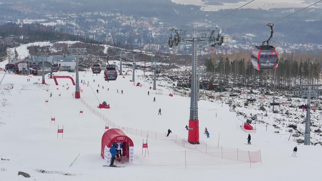 V lyžiarskom stredisku v Tatranskej Lomnici si lyžiari na svahu Čučoriedky  západ (východná strana svahu 96dc44f1738