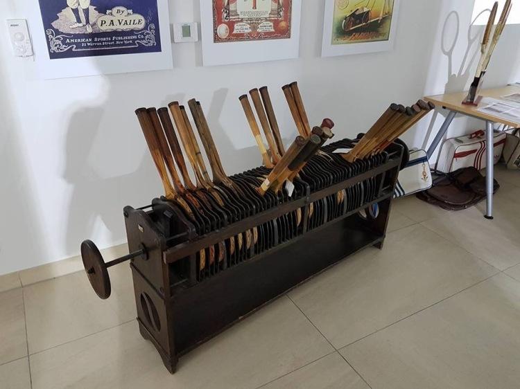 Múzeum drevených tenisových rakiet má pre návšteníkov pripravené aj zaujímavosti ako sú historický pletací stroj rakiet či zmenšená plocha tenisového kurtu. Expozícia bude otvorená od stredy do piatka v čase od 16.00 – 18.00 hod a v sobotu a nedeľu od 14.00 – 18.00 hod.