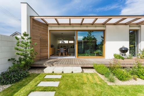 Pôvodne majitelia uvažovali odvojpodlažnom dome, no napokon sa rozhodli pre jednopodlažný dom splochou strechou.