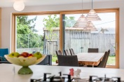 Interiér dopĺňa aj niekoľko dizajnových chuťoviek; zrenovované staré kreslá, či jedálenský stôl ztrámov domu, ktorý tu stál predtým.