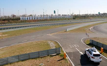 Testy prebiehali na testovacom okruhu BMW v Čjongdžon-do v Južnej Kórei, kde vysoko výkonné sieťové pripojenie podporovalo dvojbodový dátový prenos pri rýchlosti jazdy až 170 km/h.