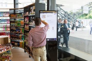Vpredajni je kdispozícii bezplatné wifi pripojenie a tablety zabudované vstoloch či rôzne typy nabíjačiek na mobilné telefóny. Prehľad aktuálnej dopravnej situácie aďalšie zaujímavé informácie poskytne špeciálny Informačný kiosk so zväčšenou obrazovkou.