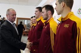 """So športovcami Dukly sa pred olympiádou rozlúčil aj minister obrany SR Peter Gajdoš. Každý športovec od neho dostal mincu pre šťastie s úlohou """"premeniť"""" ju na medailu."""