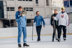 Olympijský víťaz v krasokorčuľovaní Alexej Jagudin sa spolu s producentom šou Ijlom Averbuchom.