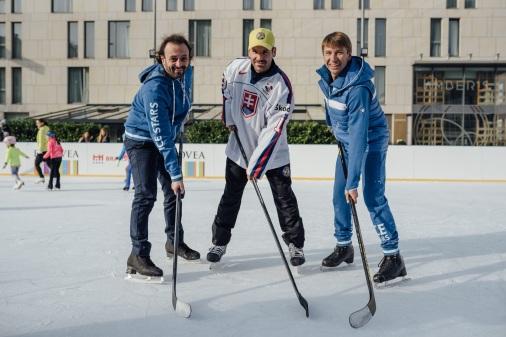 S Rastislavom Pavlikovským si najskôr zmerali sily v slalome medzi kuželkami a následne v streľbe na bránku. V nej sa prekvapujúco darilo striebornému olympijskému medailistovi v tancoch na ľade Iljovi Averbuchovi.