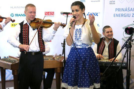 V Olympíjskom dome svojim prevedením jednej z piesní tohto projektu očarila speváčka Veronika VeronikaS Strapková.