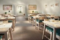 Návštevníkom slúži aj netypická krčma s kapacitou 50 miest, reštaurácia má 36 stoličiek, ubytovanie je tu pre 27 osôb.