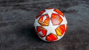 Lopta je taktiež vybavená najnovšou výkonnostnou technológiou adidas, ktorá zabezpečí počas zápasov hráčom tie najlepšie podmienky pre hru.