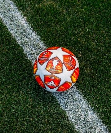 Nová oficiálna lopta je navrhnutá tak, aby vyzdvihla kultové hviezdy Ligy majstrov UEFA. Biele hviezdicové panely kontrastujú s červenou grafickou potlačou, ktorá pokrýva zvyšok lopty.